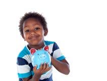 Härligt afroamerican barn med en blå moneybox Arkivbilder