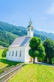 Härligt alpint landskap med kyrkan, Österrike Arkivfoton