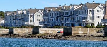 Härligt andelsfastigheter, lägenheter, hem, vatten, Boston, Massachusetts, segelbåt, vattenhantverk, watercraft, hav, flod Fotografering för Bildbyråer