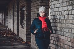 Härligt anseende för ung kvinna i en förstörd byggnad i kall drunkning arkivfoto