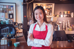 Härligt anseende och leenden för coffee shopägare Arkivbilder