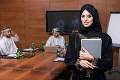 Härligt arabiskt kvinnadeltagande i konferensen royaltyfria foton
