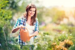 Härligt arbeta i trädgården för ung kvinna Royaltyfri Fotografi