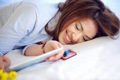 Härligt asiatiskt tonårs- leende med Ipad Arkivfoto