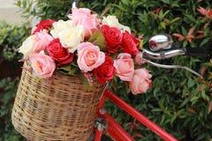 Härligt av konstgjorda blommor för ros i tappningcykel Arkivfoton