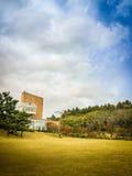 Härligt av temuseumträdgården i bakgrund för blå himmel, det berömda museet för grönt te i den Jeju ön, Sydkorea Royaltyfri Fotografi