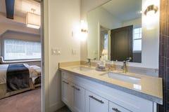Härligt badrum i ett lyxigt hem arkivbilder