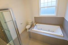 Härligt badrum i ett lyxigt hem Royaltyfri Fotografi