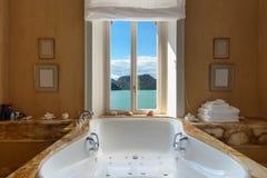 Härligt badrum med bubbelpoolen Royaltyfria Foton