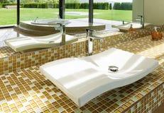 Härligt badrum, vask Arkivbild