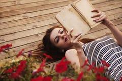 härligt barn för bokavläsningskvinna koppla av, fabulera, poesi, r arkivfoton