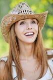 härligt barn för hattståendekvinna Royaltyfri Fotografi