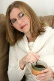 härligt barn för kvinna för kaffekopp Arkivfoton