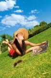härligt barn för kvinna för tidskriftparkavläsning royaltyfri foto