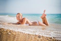 härligt barn för sandseashorekvinna Arkivfoton