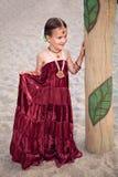 Härligt barn i traditionella orientaliska kläder och smycken Arkivbild