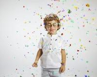 Härligt barn med rimmed exponeringsglas och konfettiar Royaltyfri Bild