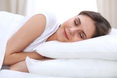 Härligt barn och lycklig kvinna som sover, medan ligga i säng bekvämt och le lyckligt fotografering för bildbyråer