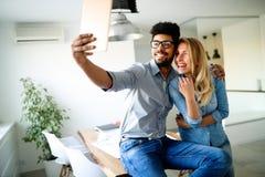 Härligt barn som älskar par som till varandra förbinder och gör selfie Royaltyfria Bilder