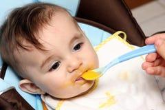 härligt barn som äter soup arkivfoto