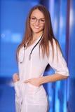 Härligt barn som ler sjuksköterskan Royaltyfri Fotografi