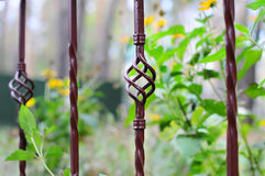 Härligt bearbetat staket Bild av ett dekorativt gjutjärnstaket Del av ett metallrasterstaket härligt staket med det konstnärliga  Royaltyfri Fotografi