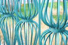 Härligt bearbetat staket Bild av ett dekorativt gjutjärnstaket Del av ett metallrasterstaket härligt staket med det konstnärliga  Arkivbilder