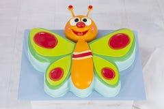 Härligt behandla som ett barn den färgrika fjärilskakan för TV för födelsedagparti Royaltyfri Foto