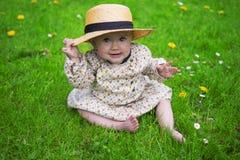Härligt behandla som ett barn flickan med solhatten Royaltyfri Bild