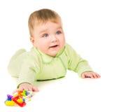 Härligt behandla som ett barn krypningen och att spela med leksaker royaltyfri foto