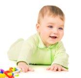 Härligt behandla som ett barn krypningen och att spela med leksaker royaltyfria foton