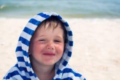 Härligt behandla som ett barn med blåa ögon på havsbakgrunden som ler, sött och, stilla Gulligt barn med atopic dermatit Royaltyfria Bilder