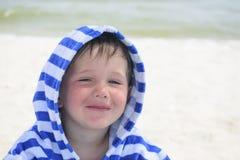 Härligt behandla som ett barn med blåa ögon på havsbakgrunden som ler, sött och, stilla Gulligt barn med atopic dermatit på bakgr Arkivbild