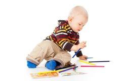 Härligt behandla som ett barn pojken tecknar blyertspennor arkivfoto
