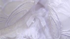 Härligt beiga- och vitsilke och snör åt damunderklädercloseupen arkivfilmer