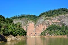 Härligt berg i sjön, Fujian, Kina Royaltyfri Foto