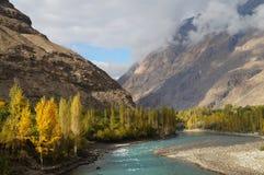 Härligt berg och flod i den Ghizer dalen, nordliga Pakistan Royaltyfria Bilder
