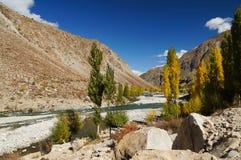 Härligt berg och flod nära den Phandar dalen, nordliga Paki Royaltyfria Bilder