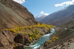 Härligt berg och flod, nordliga Pakistan Arkivbilder