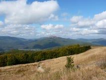 Härligt berghöstlandskap Bieszczady Arkivfoton