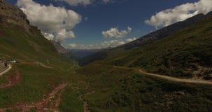 Härligt berglandskap, alpin väg, Schweiz arkivfilmer