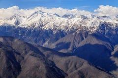 Härligt berglandskap av den huvudsakliga Caucasian kanten med snöig maxima på den sena nedgången Arkivbild