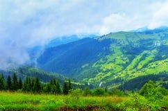 Härligt berglandskap för backar, byhemmet royaltyfria bilder