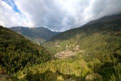 Härligt berglandskap i Andorra Berg och moln Arkivbilder