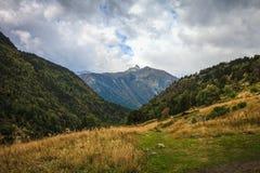 Härligt berglandskap i Andorra Berg och moln tonat Arkivbilder