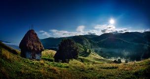 Härligt berglandskap i dimmig morgon i Rumänien Fotografering för Bildbyråer