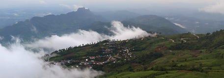 Härligt berglandskap i Phutabberk Phetchabun, Thailand Arkivbilder