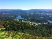 Härligt berglandskap med floden i bakgrunden Royaltyfria Foton