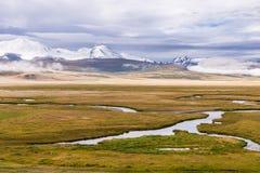 Härligt berglandskap med floden och molnig himmel platå Royaltyfria Bilder