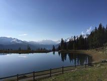 Härligt berglandskap med sikt av sjön i Österrike royaltyfri foto